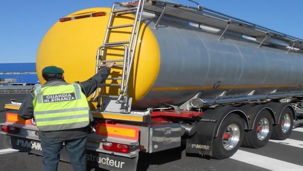 Contrabbando di gasolio, 133 indagati: la base logistica in Calabria