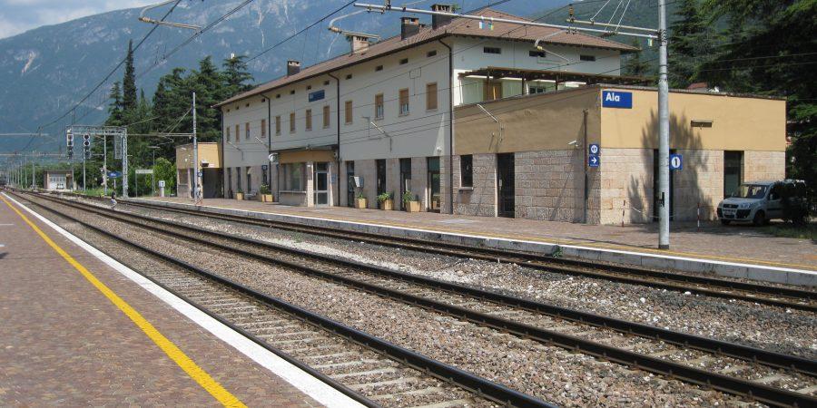 Brutale aggressione sul treno ad Ala, macchinista e capotreno in ospedale