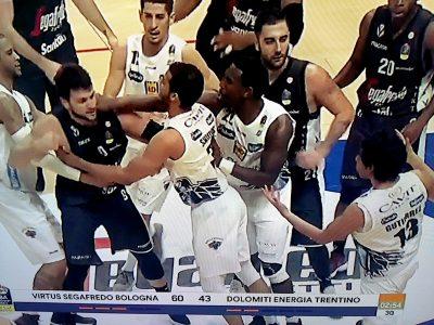 Basket, rissa Bologna-Trento: tre giornate a Alessandro Gentile, due a Gutierrez