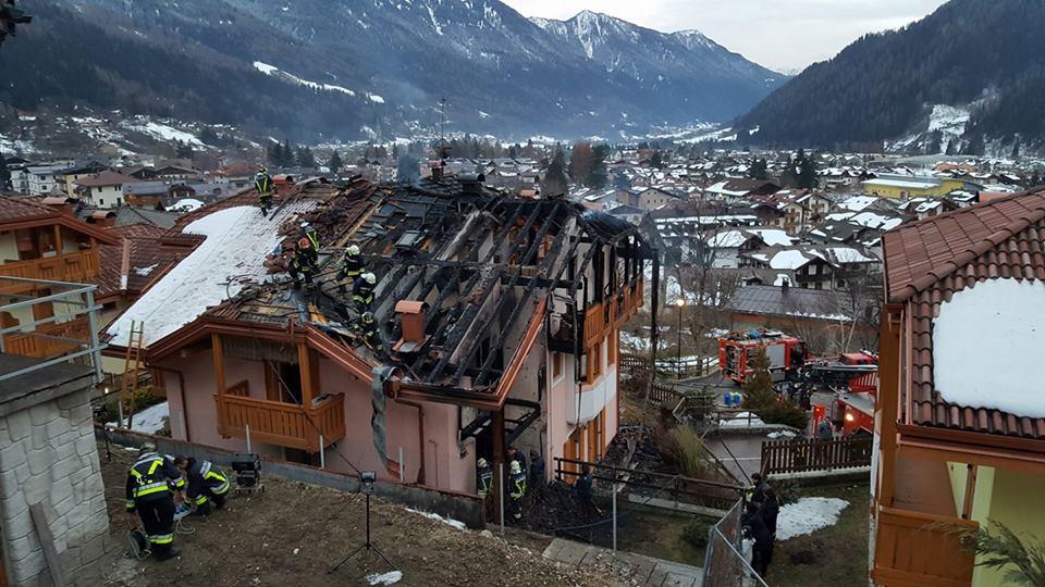 Carisolo incendio distrugge il tetto di una casa la voce del trentino - Alzare il tetto di casa ...