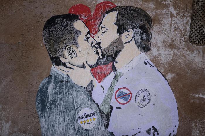 Salvini-Di Maio innamorati? A Roma spunta un particolare murales Video