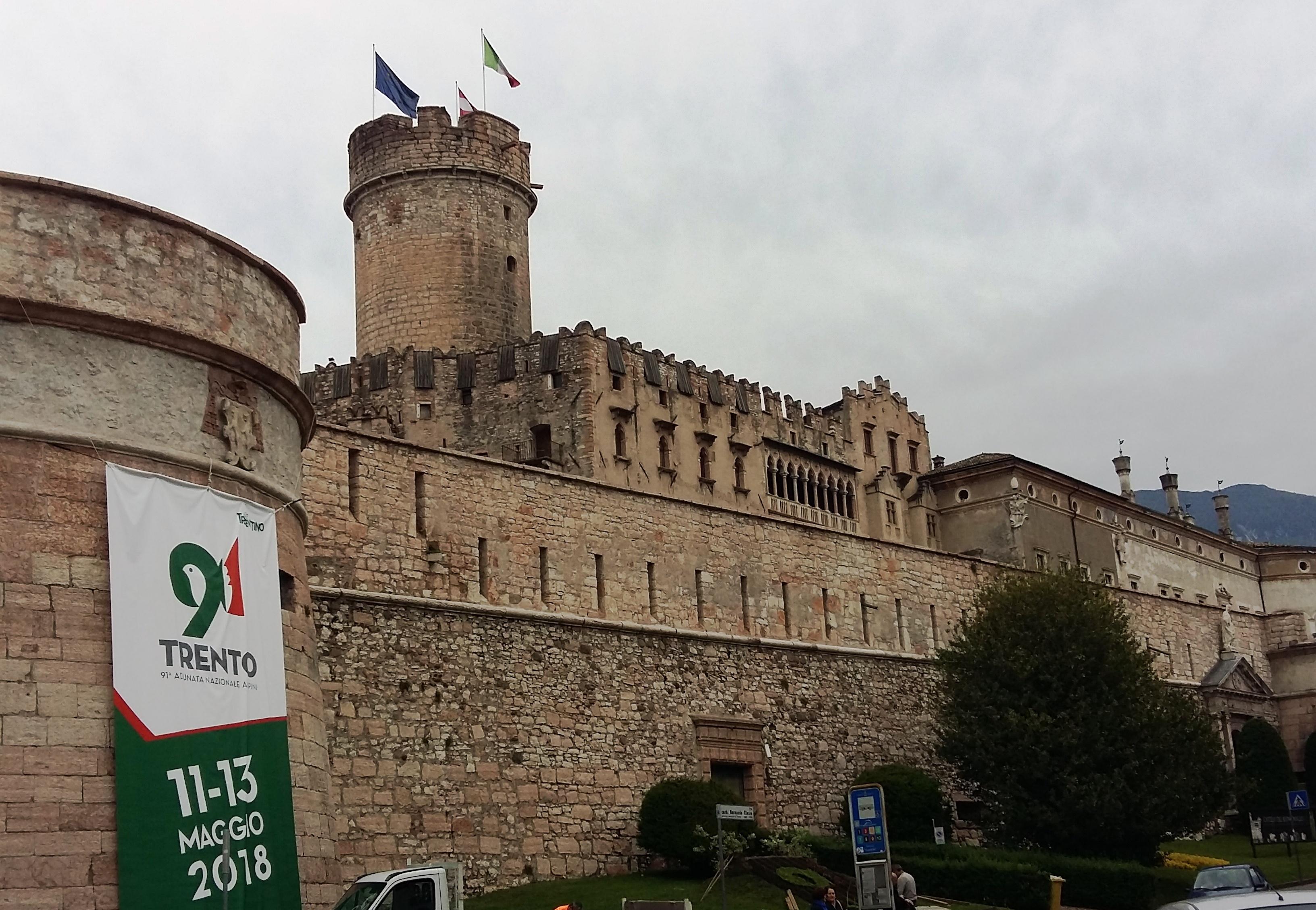 Alpini Trento: negozio preso a sassate