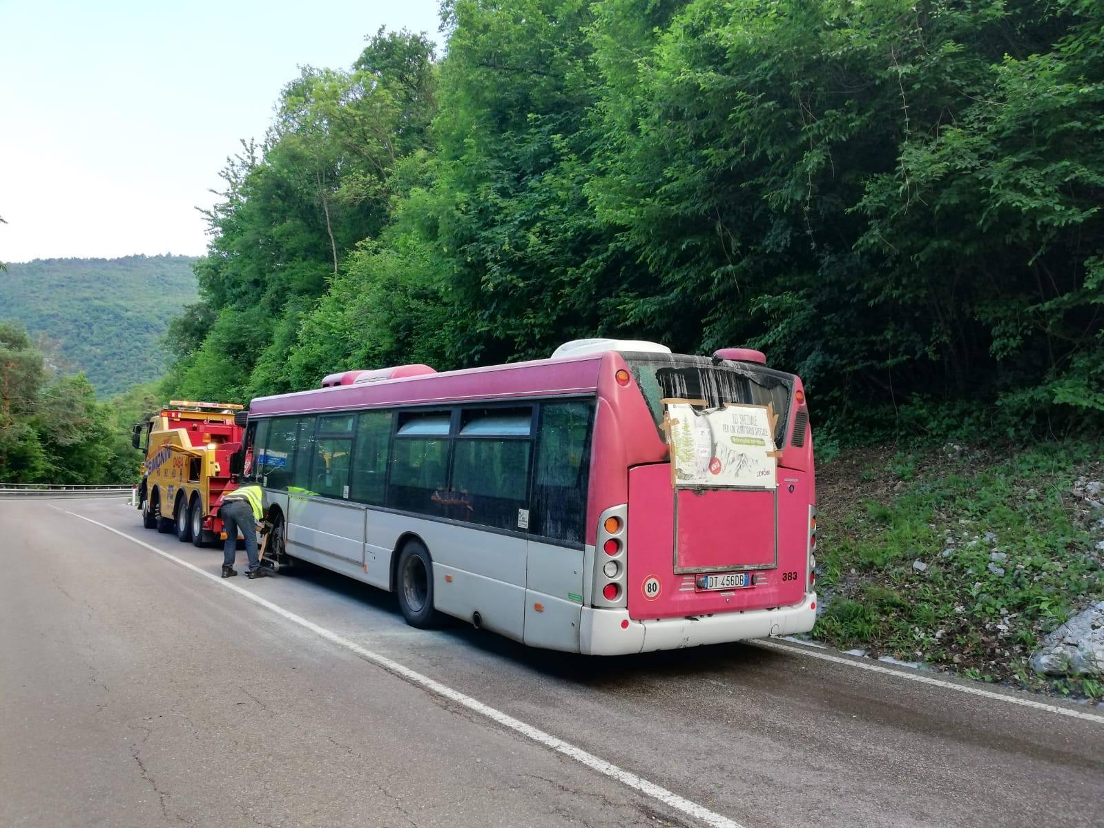 Autobus prende fuoco sulla strada del Monte Bondone - La ...