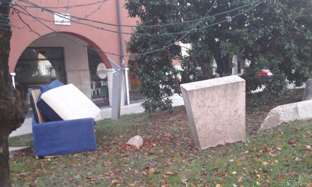 Divani letto abbandonati in centro storico e sulla for Divani in trentino