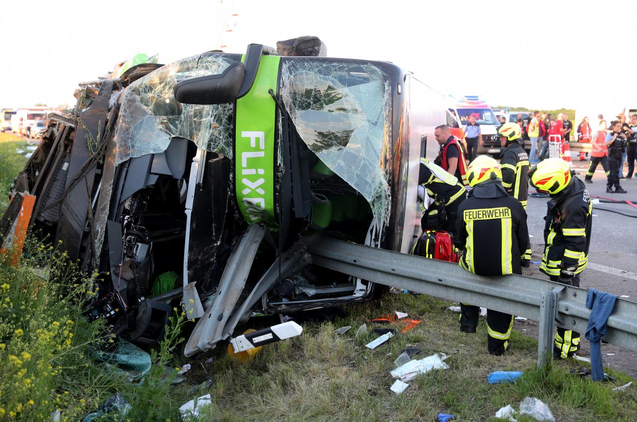 Flixbus si rovescia in autostrada in Germania. Muore un'italiana