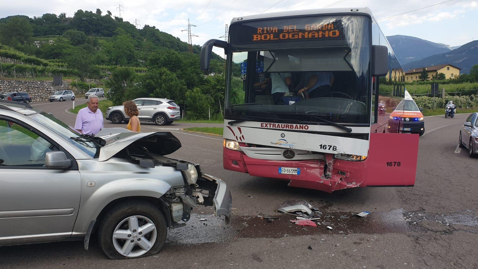 Si schianta contro l'autobus, un ferito - La voce del Trentino