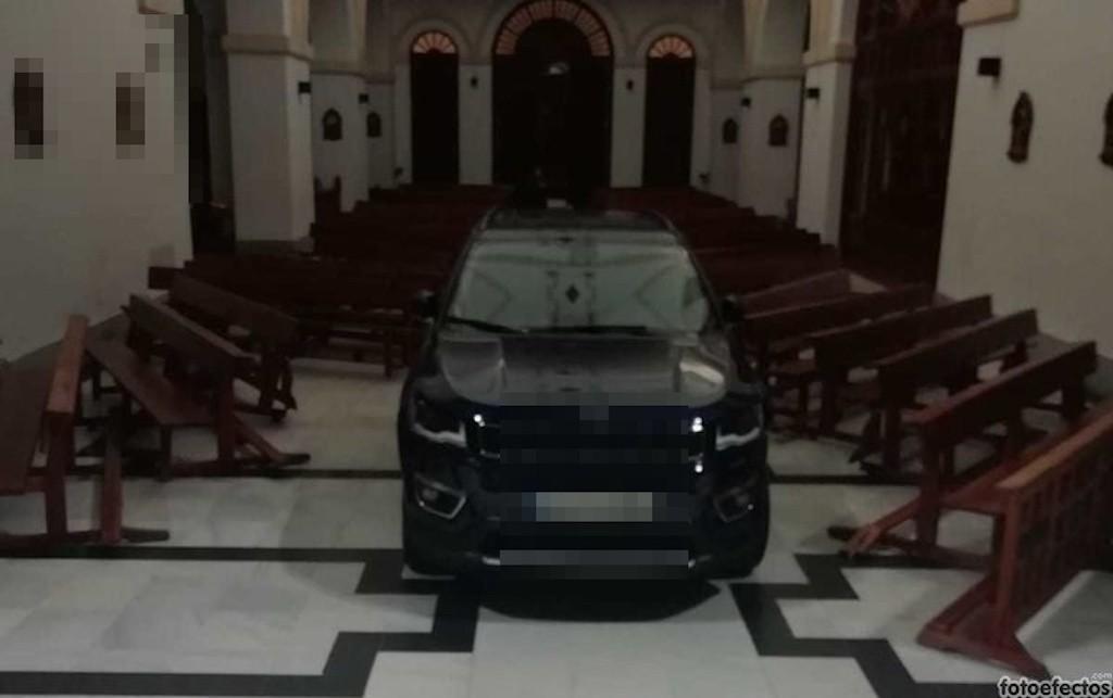 Spagna: l'automobilista «posseduto» entra in chiesa con il suv e scatena il caos
